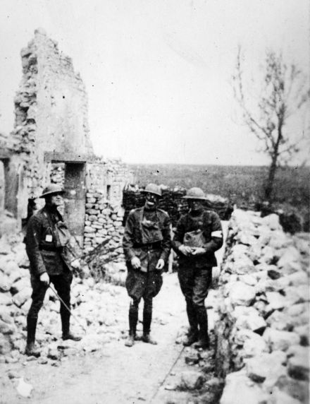 (11161) Soldiers, Ruins, France, 1917