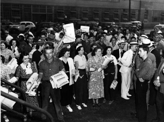 (11486) Leafleting, Women's Auxiliary, Ford Rouge Plant, Dearborn, Michigan, 1940