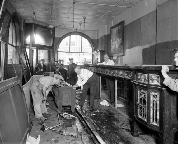 (27834) Prohibition, Raids, Speakeasies, Detroit, 1920s