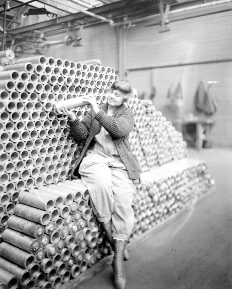 (32176) Women, War Workers, Munitions, Lincoln Motor Company, Detroit, 1918