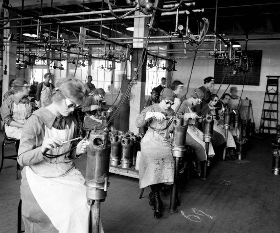(32179) Women, War Workers, Munitions, Detroit, 1918