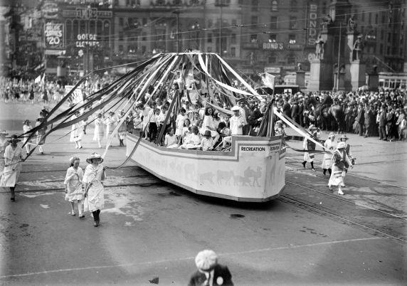 (32226) First World War, Civilian Support, Parade, 1918