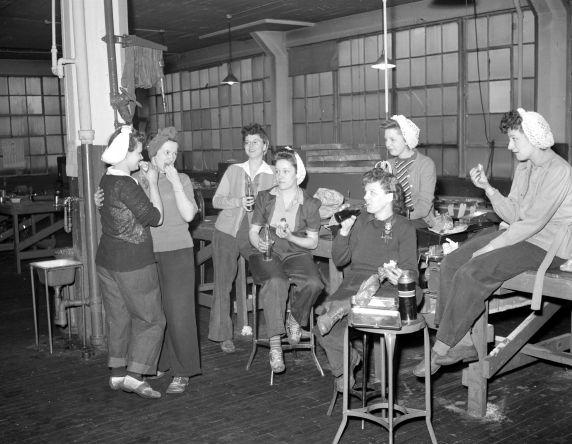 (33628) War Industry, Women Workers, Morley Knight Company, 1943