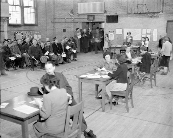 (33661) Rationing, Gasoline, Registration, Detroit, 1942