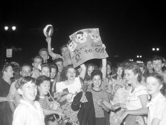 (33684) Celebrations, VJ Day, Detroit, 1945