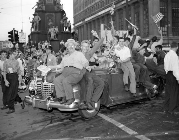 (33685) Celebrations, VJ Day, Detroit, 1945