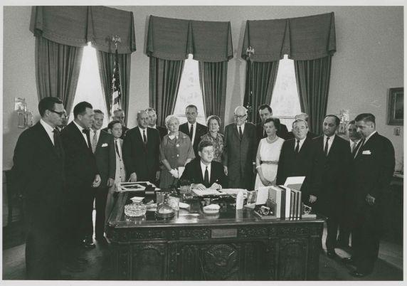 (45994) Oval Office Bill Signing