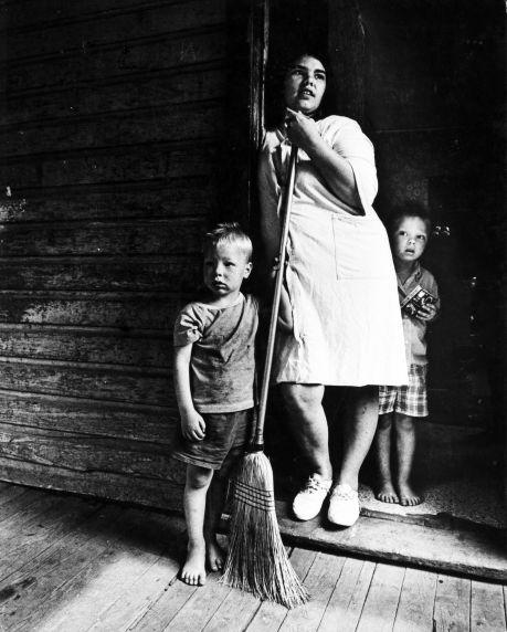 (9164) Appalachian family, Hazard, Kentucky, 1972