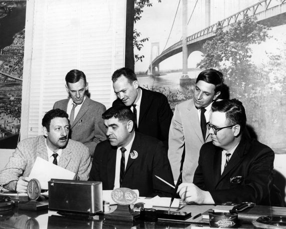(30482) AFSCME Locals 1396 and 1308 sign contract, 1965