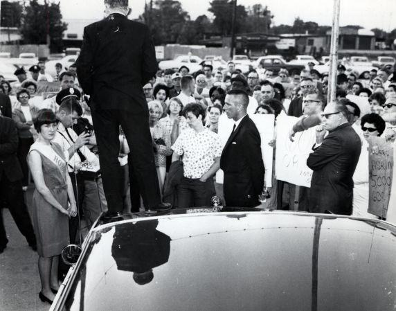 (25545) Romney speaks to picketers